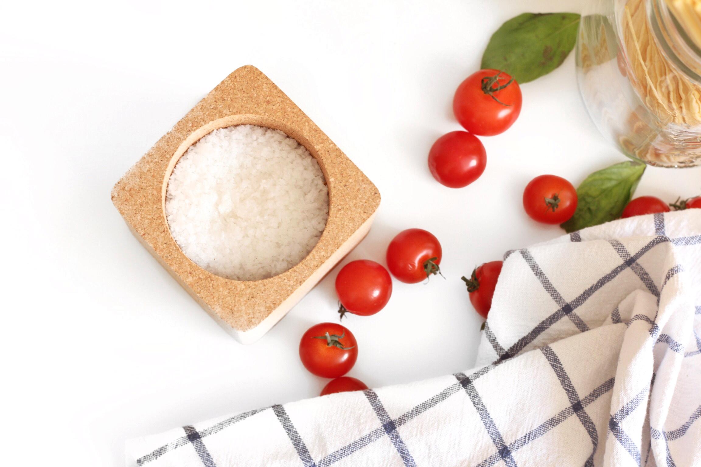 Gros sel et tomates cerises
